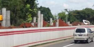 Progres pembangunan Light Rail Transit (LRT) atau kereta ringan Tahap 1 Cibubur-Cawang sudah sampai pada pemancangan pilar-pilar, Selasa (22/12/2015).