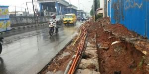 Galian untuk pemasangan saluran air di Jalan T.B. Simatupang, Jakarta Selatan pada Jumat (4/12/2015)
